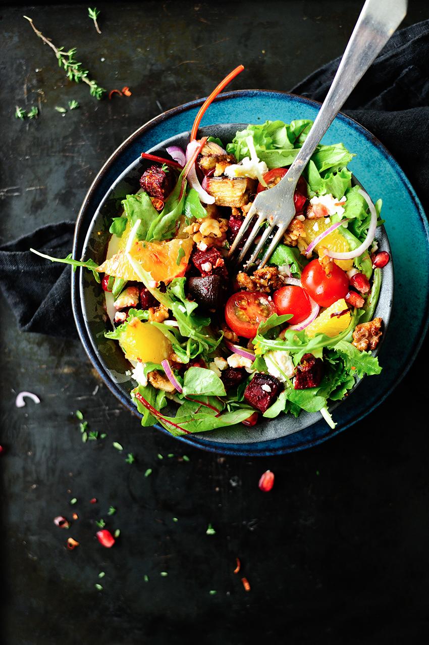 studio kuchnia | Sałata z pieczonych warzyw z karmelizowanymi orzechami