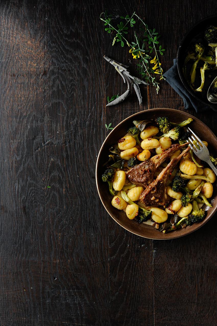 studio kuchnia   Gnocchi z pieczonym brokułem i kotlecikami jagnięcymi