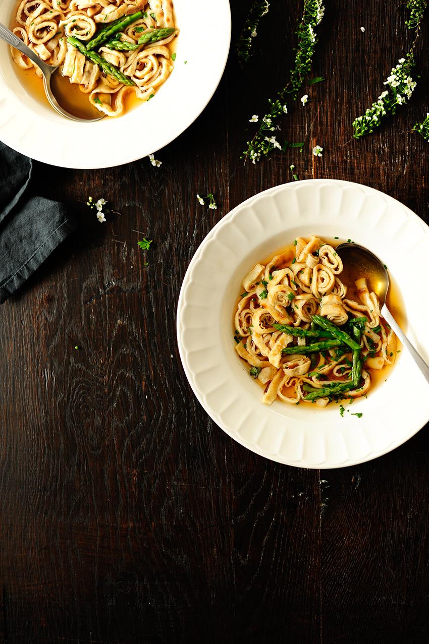 serving dumplings | Runderbouillon met pannenkoekjes en asperges