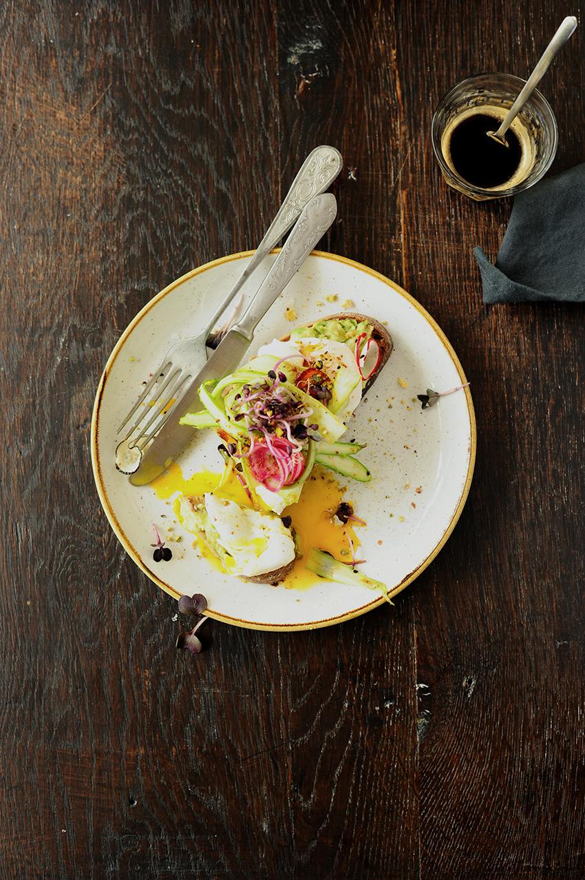studio kuchnia   Grzanki z awokado, jajkiem, szparagami i dukkah