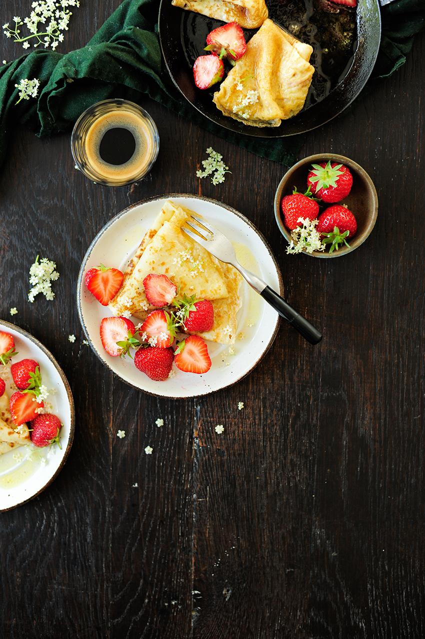 serving dumplings   Pannenkoeken met aardbeien en vlierbloesem