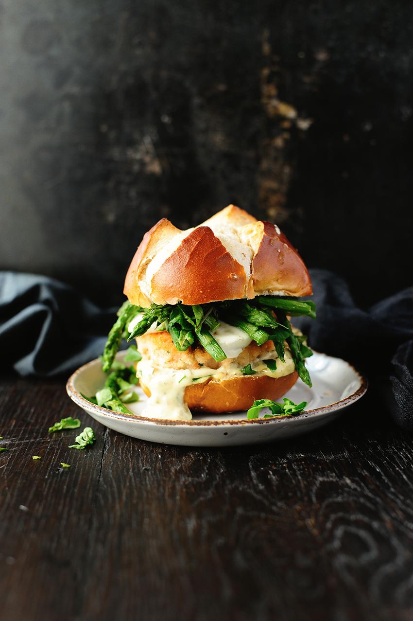 serving dumplings   Zalmburgers met mozzarella en asperges