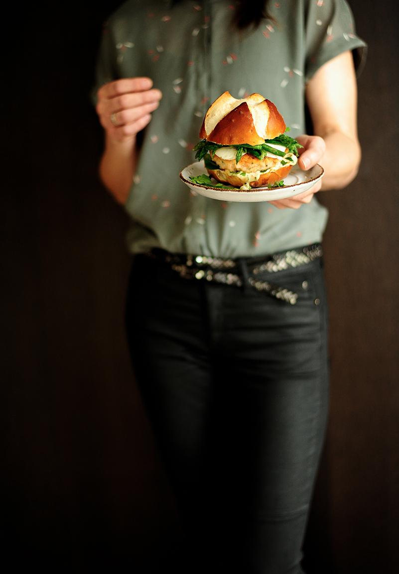 studio kuchnia   Burger z łososiem, mozzarellą i szparagami