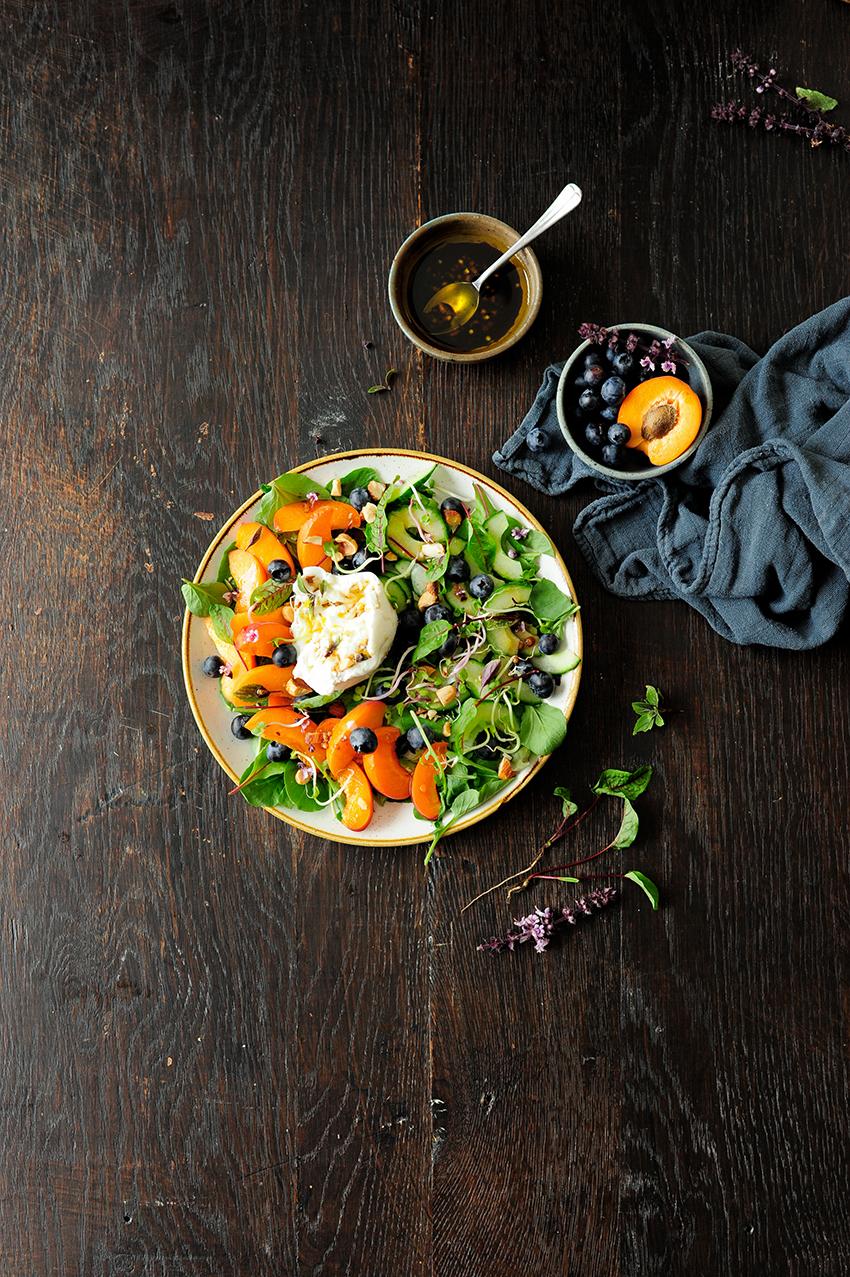 studio kuchnia | Sałatka z morelami, borówkami i serem burrata