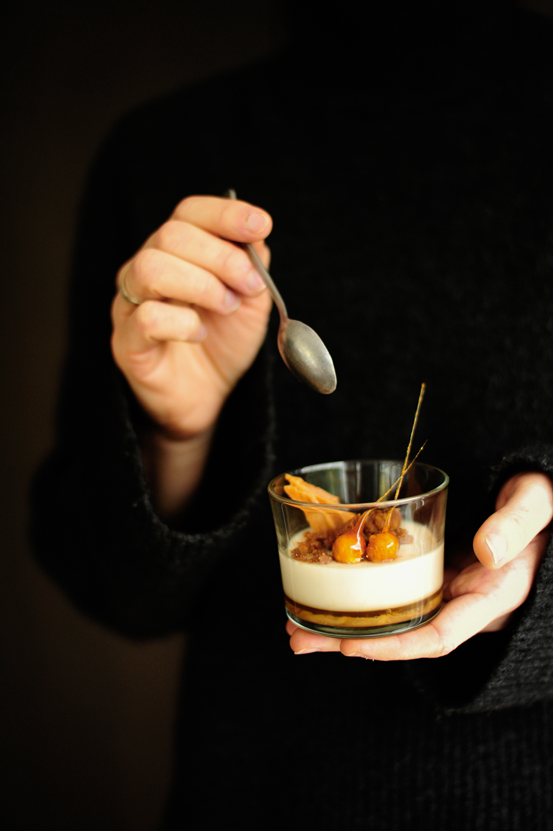 serving dumplings | Panna cotta ze słonym karmelem i chrupiącymi ciasteczkami