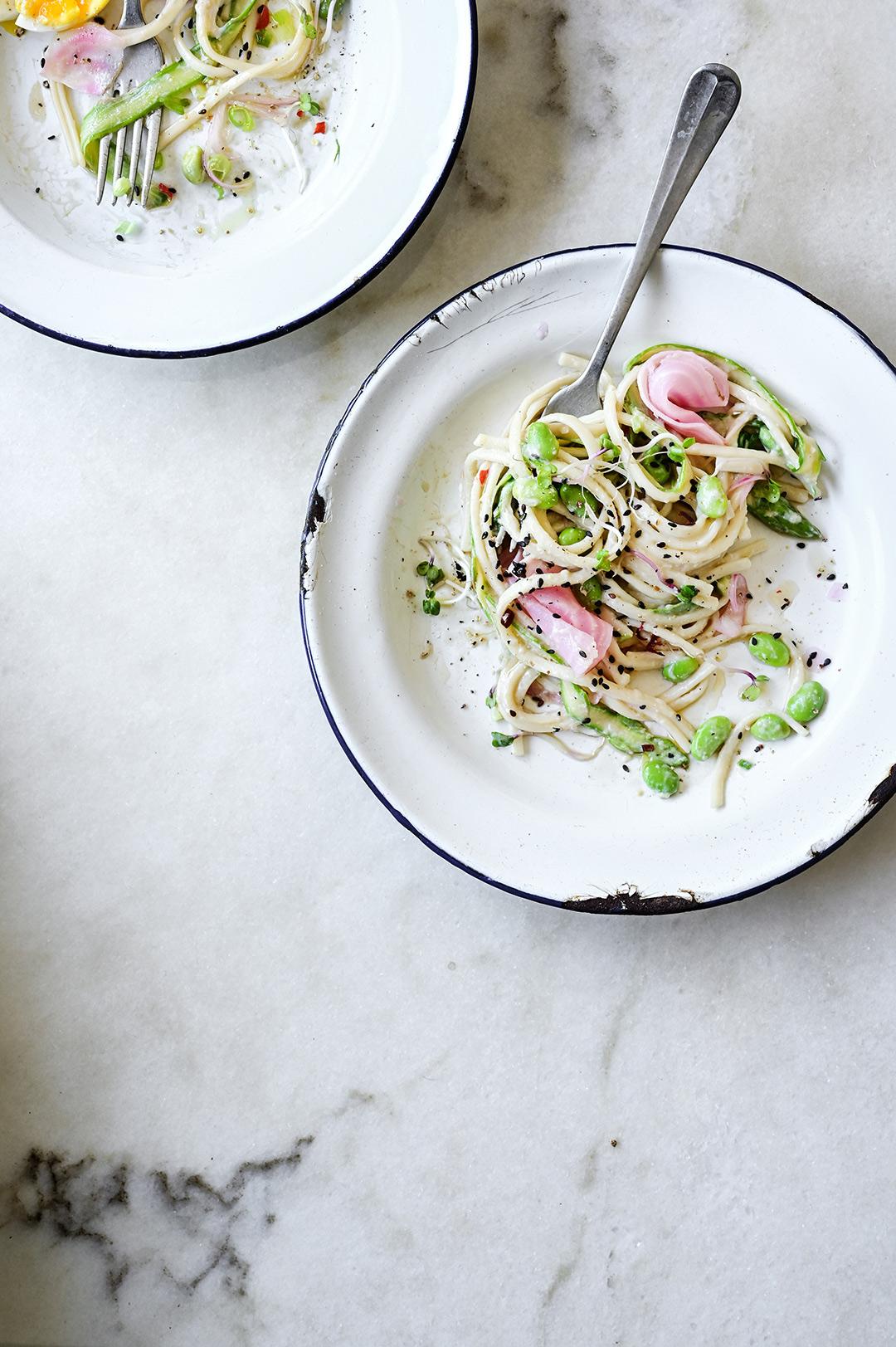serving dumplings | Makaron noodle w kremowym sosie z tofu i warzywami