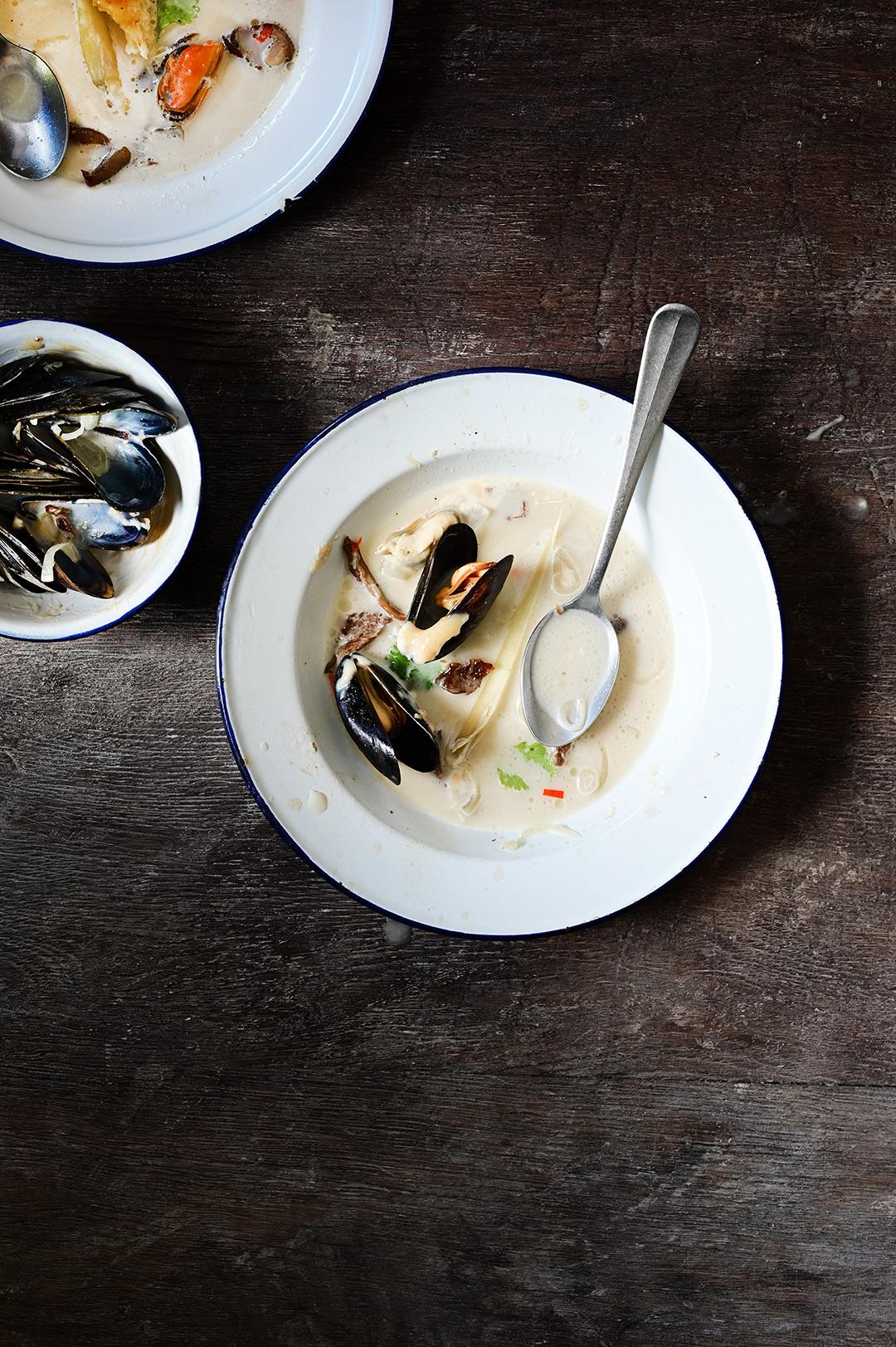 serving dumplings | Małże w kremowej zupie z boczniakami i aioli z miso