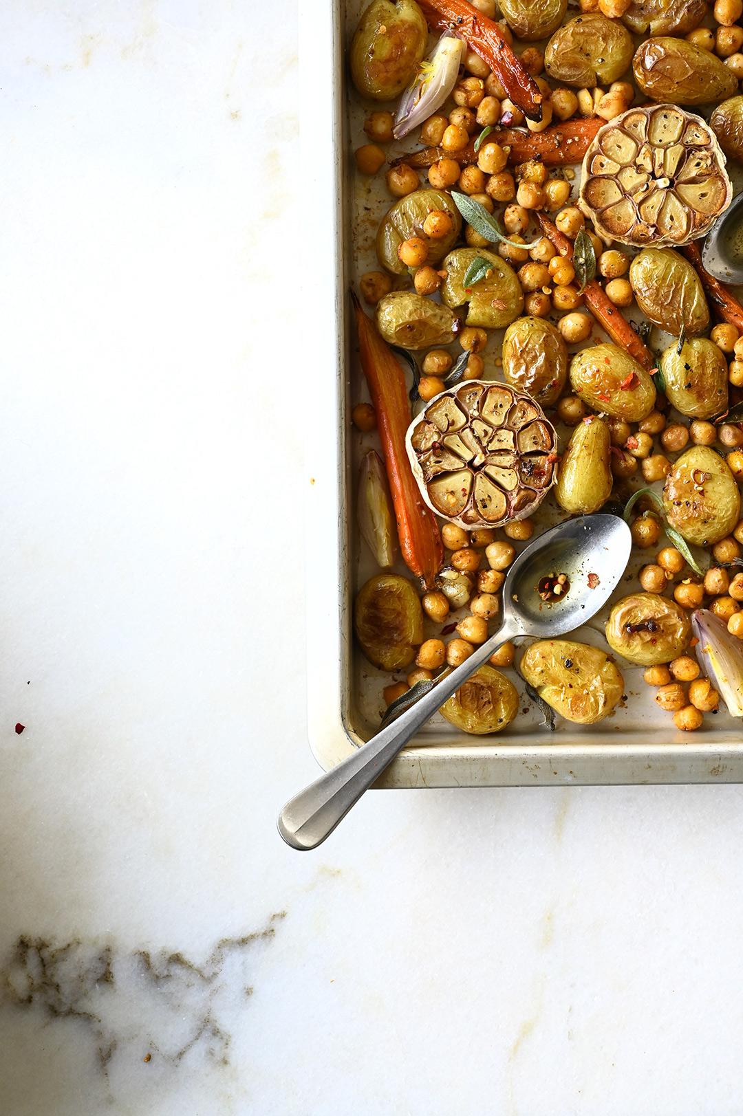 serving dumplings   Prosta sałatka z pieczonymi ziemniakami i ciecierzycą