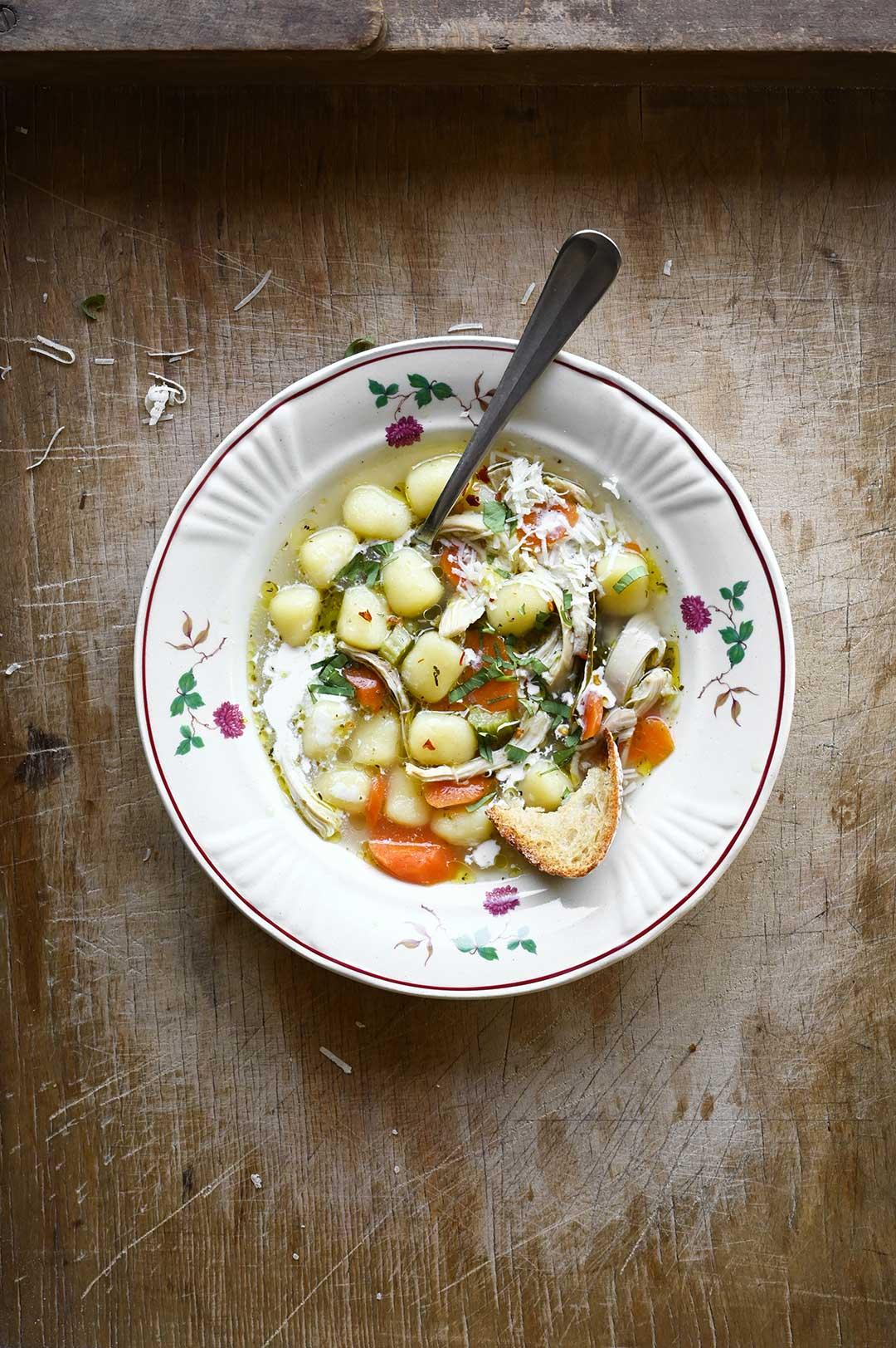 serving dumplings   Kremowa zupa z kurczakiem i gnocchi