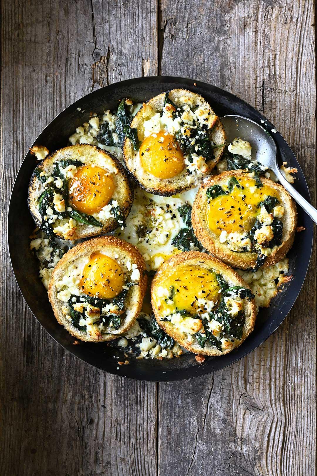 serving dumplings | Broodjes gebakken met ei, spinazie en feta