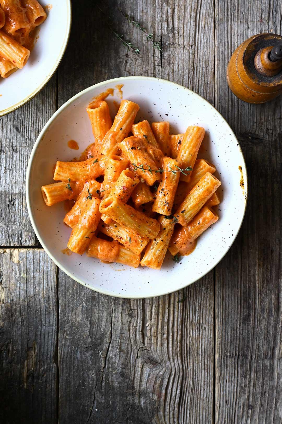 serving dumplings   Pasta met geroosterde paprika en zongedroogde tomatensaus
