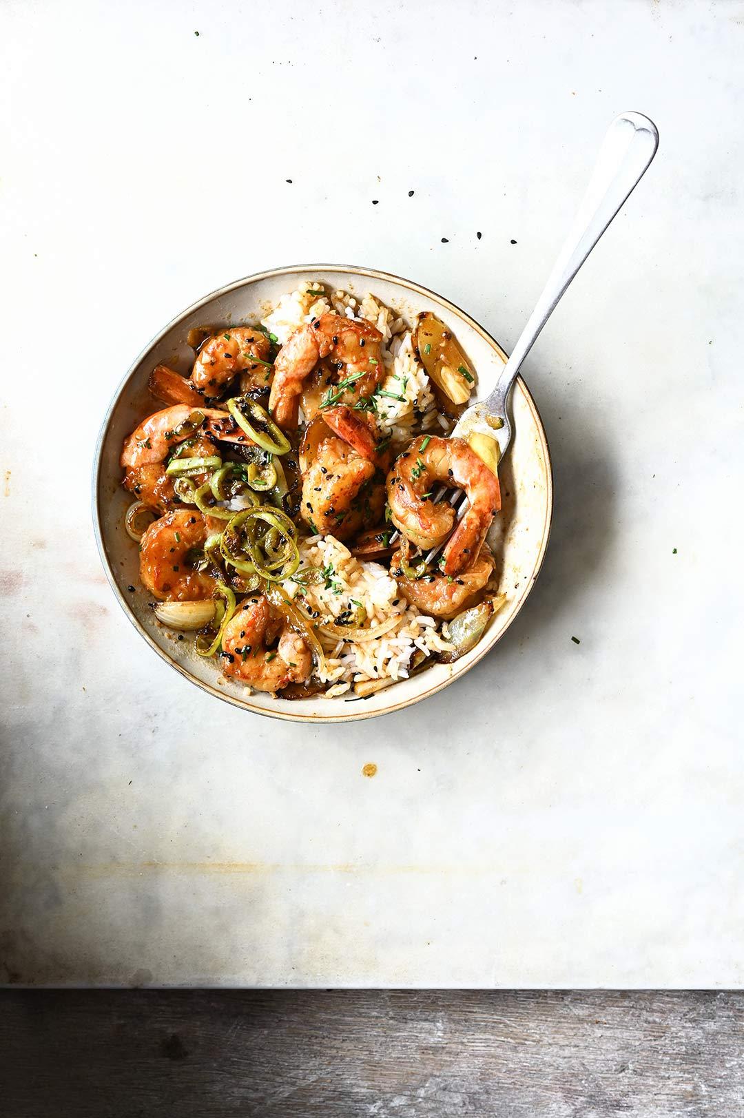 serving dumplings | Błyskawiczny stir fry z krewetkami