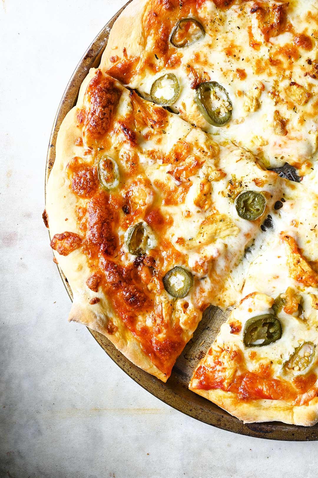 serving dumplings | Pizza met kip en jalapeños