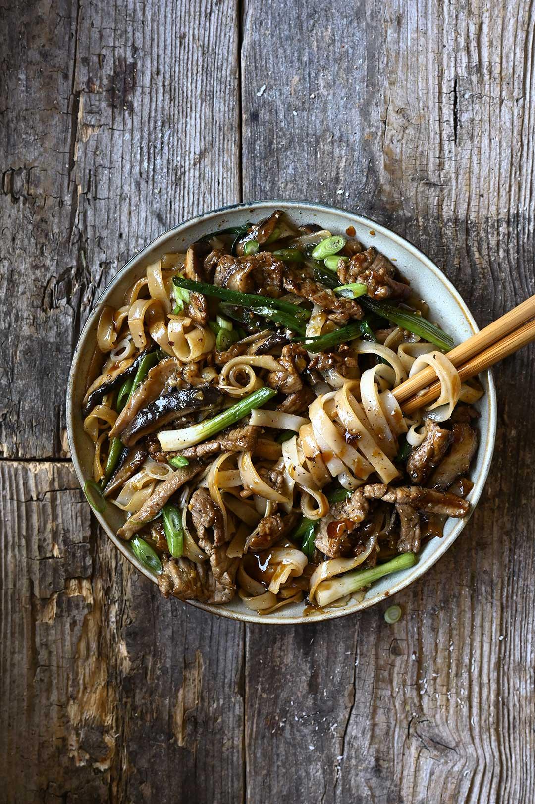 serving dumplings   Stir-fry z wołowiną shiitake i makaronem ryżowym