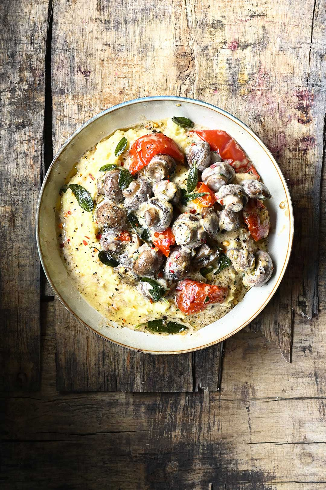 serving dumplings | Polenta z sosem grzybowym z miso i suszonymi pomidorami