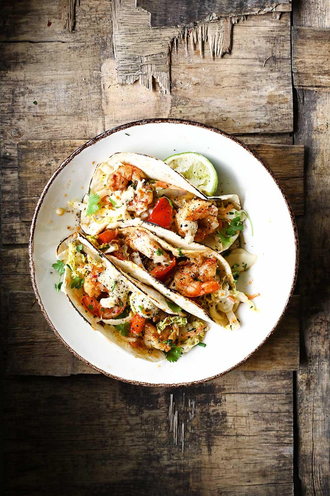serving dumplings | Tacos z krewetkami i surówką z miso aioli