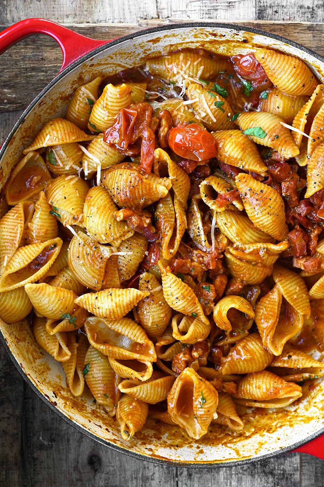 serving dumplings | Makaron z wędzonym boczkiem w sosie pomidorowym