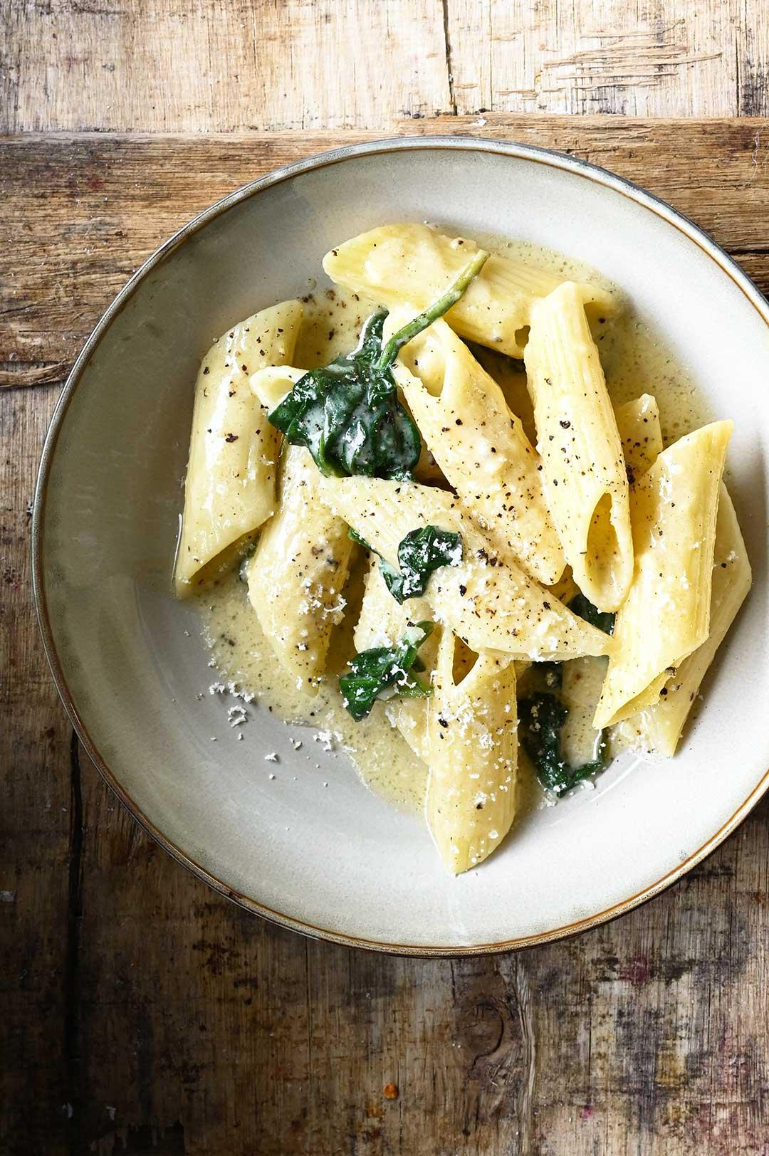 serving dumplings   Pasta met Parmezaanse kaas en spinazie