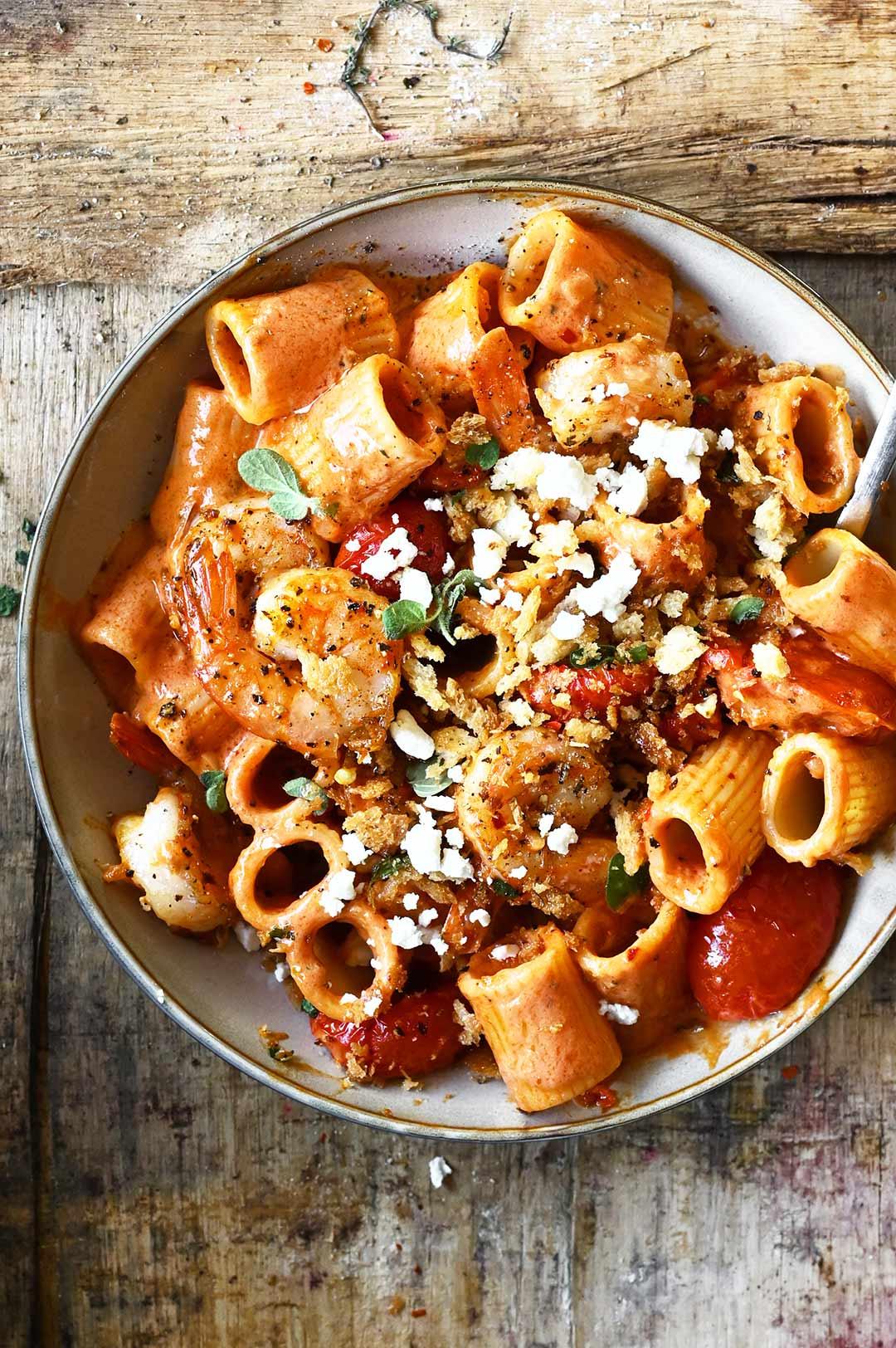 Makaron z krewetkami w pikantnym sosie pomidorowym