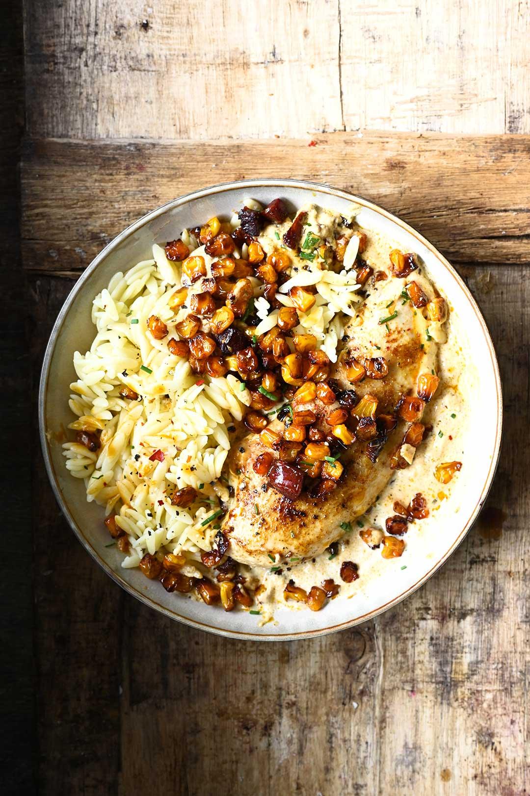 Kip in een romige saus met maïs en chorizo