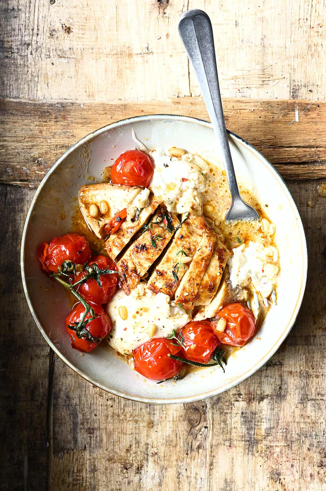 Kurczak z pieczonymi pomidorami i serem burrata