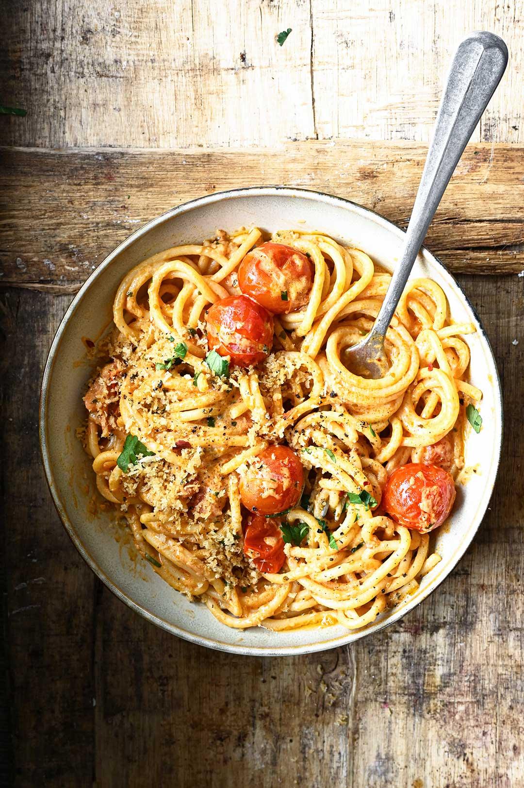serving dumplings | Spaghetti z kremowym sosem pomidorowym