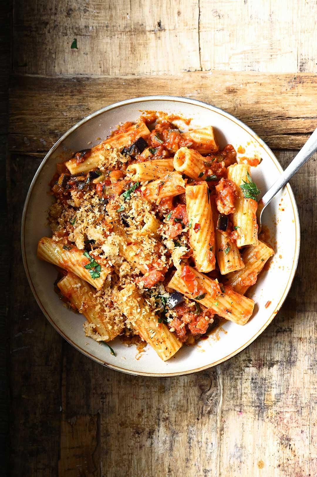 serving dumplings | Pasta met aubergine en spekjes