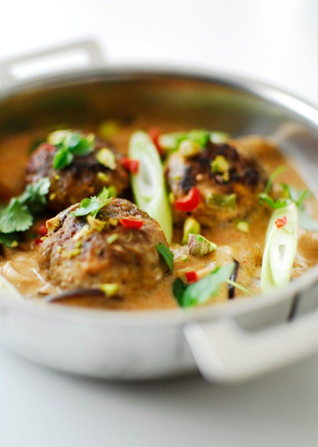 Pistacjowe klopsiki w czerwonym curry