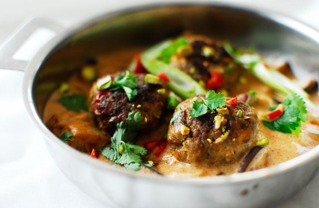 studio kuchnia | Pistacjowe klopsiki w czerwonym curry