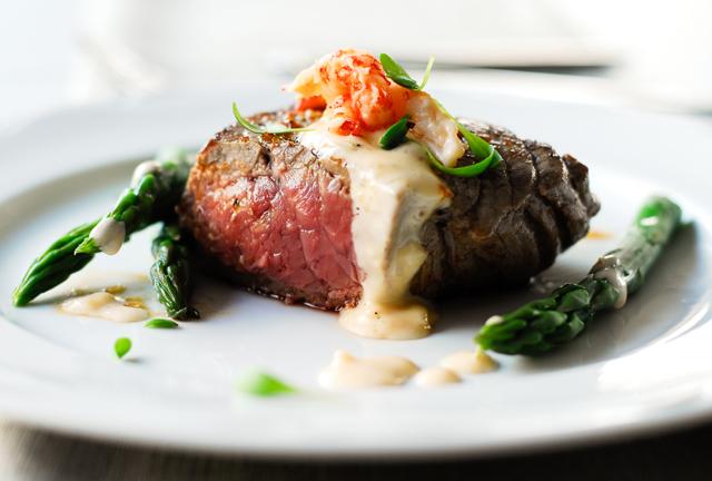studio kuchnia | Stek wołowy w wykwintnym sosie ze szparagami