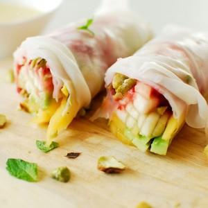 Spring rolls z owocami i czekoladowym sosem