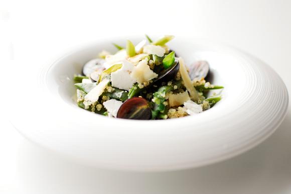 studio kuchnia | Quinoa z dwoma serami i winogronami