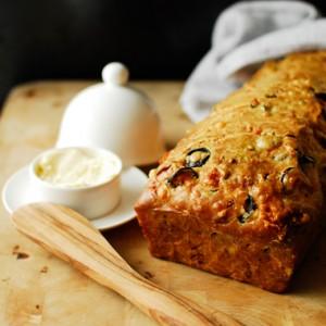 Śniadaniowy chleb z boczkiem i serem
