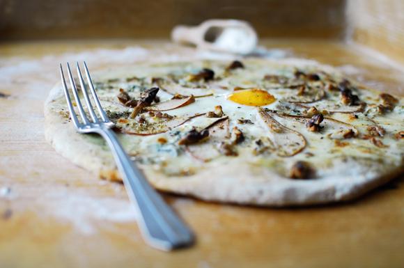 studio kuchnia | Pizza z serem pleśniowym i gruszkami