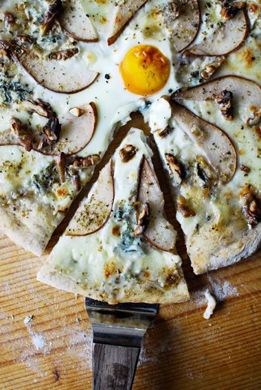 studio kuchnia   Pizza z serem pleśniowym i gruszkami