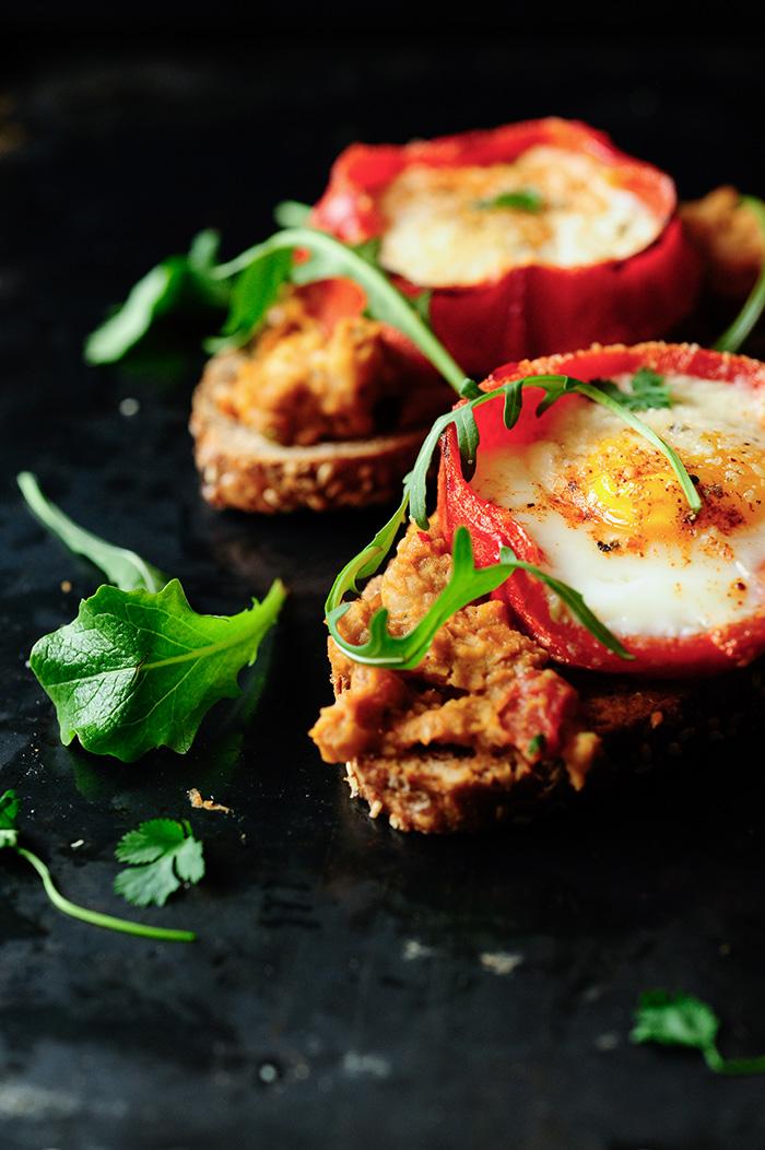 studio kuchnia | Grillowana papryka z jajkiem i hummusem