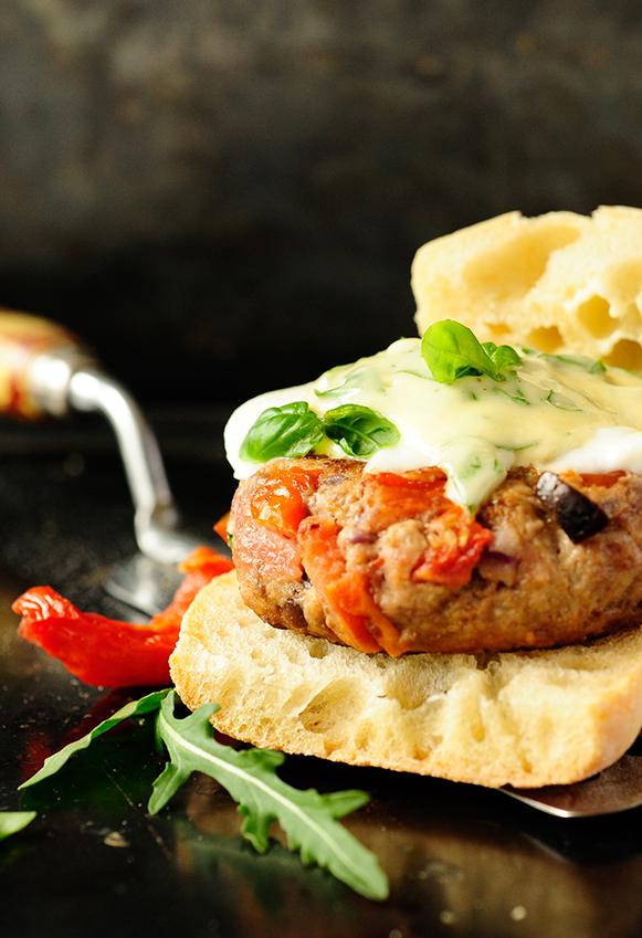 studio kuchnia | Burger z suszonymi pomidorami i bazyliowym majonezem