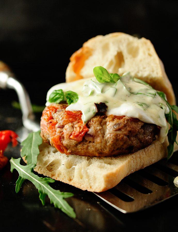 Burger z suszonymi pomidorami i bazyliowym majonezem