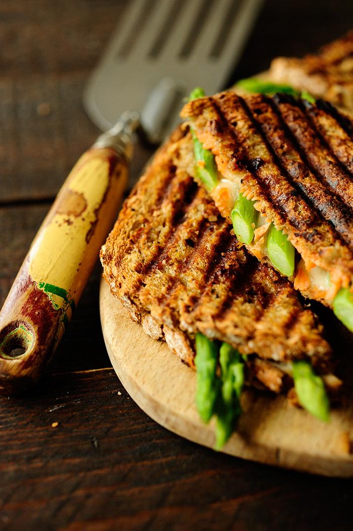 studio kuchnia | Tosty z łososiem i szparagami