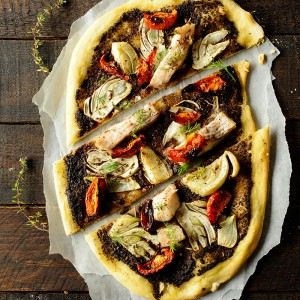 Pizza z tapenadą i karmazynem