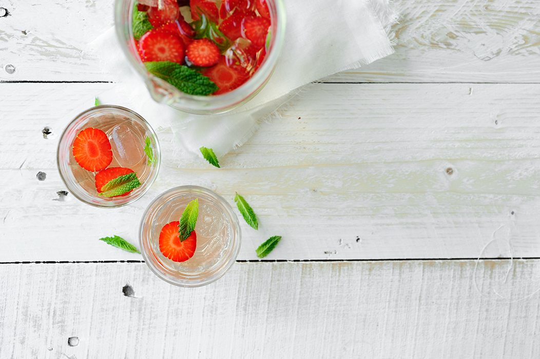 studio kuchnia | Lemoniada truskawkowa z czarnym bzem