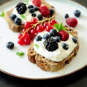 Kanapki z serem i owocami