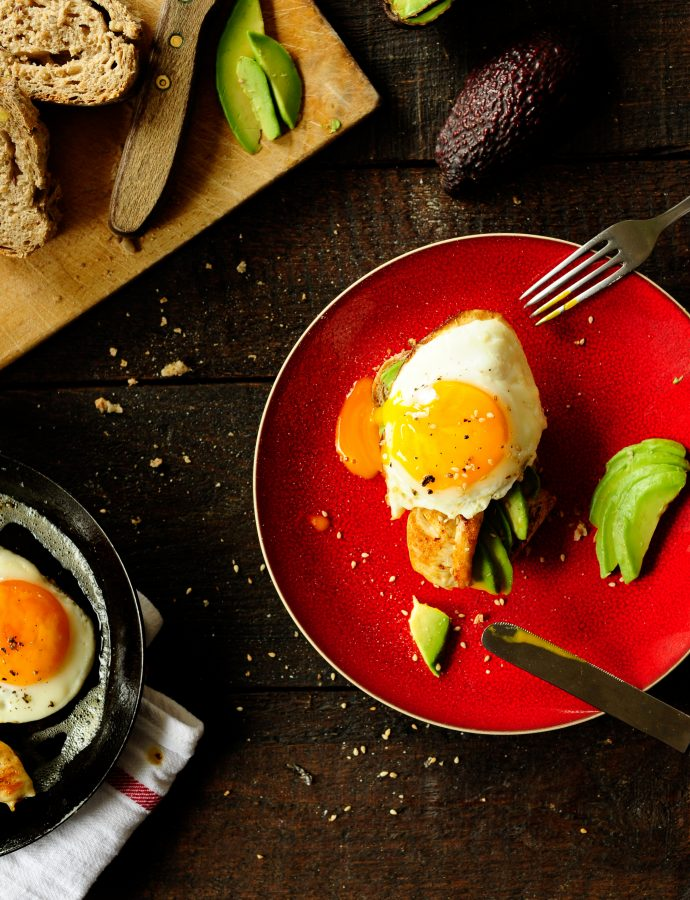 Kanapki z awokado, jajkiem i kurczakiem