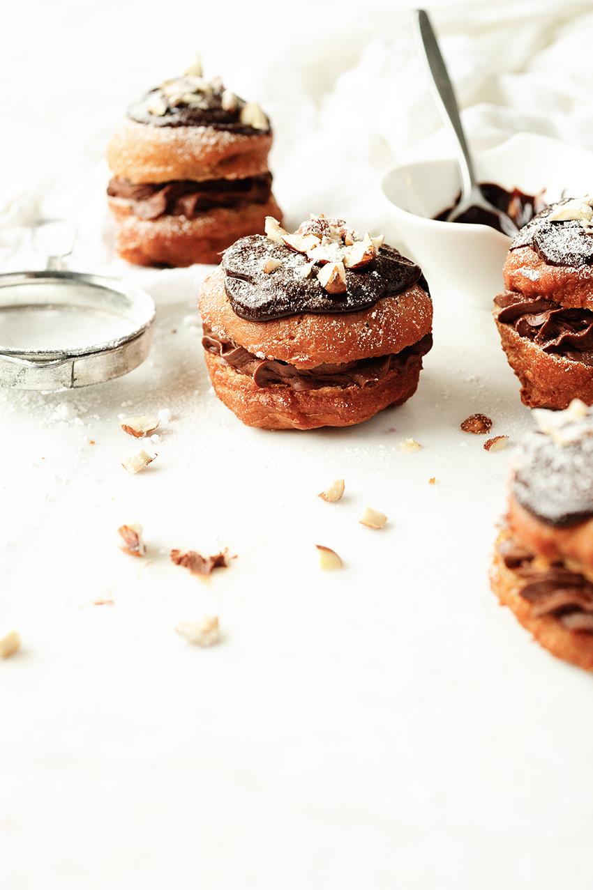 serving dumplings | Kakaowe pączki z musem czekoladowym i orzechami