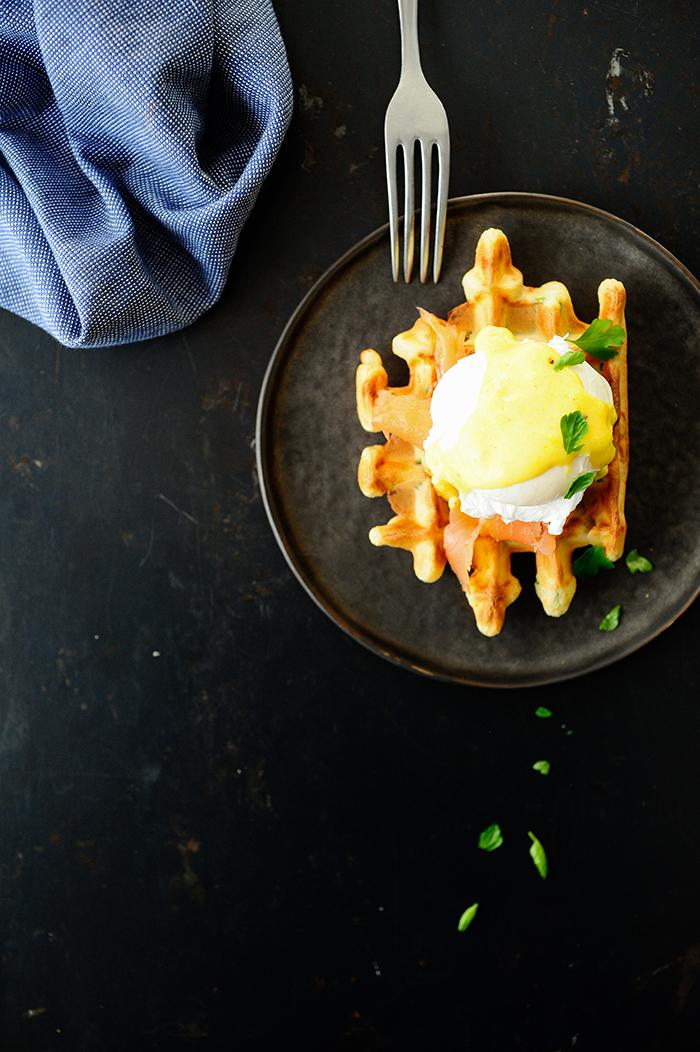 studio kuchnia | Wafle orkiszowe z łososiem i jajkiem po florencku
