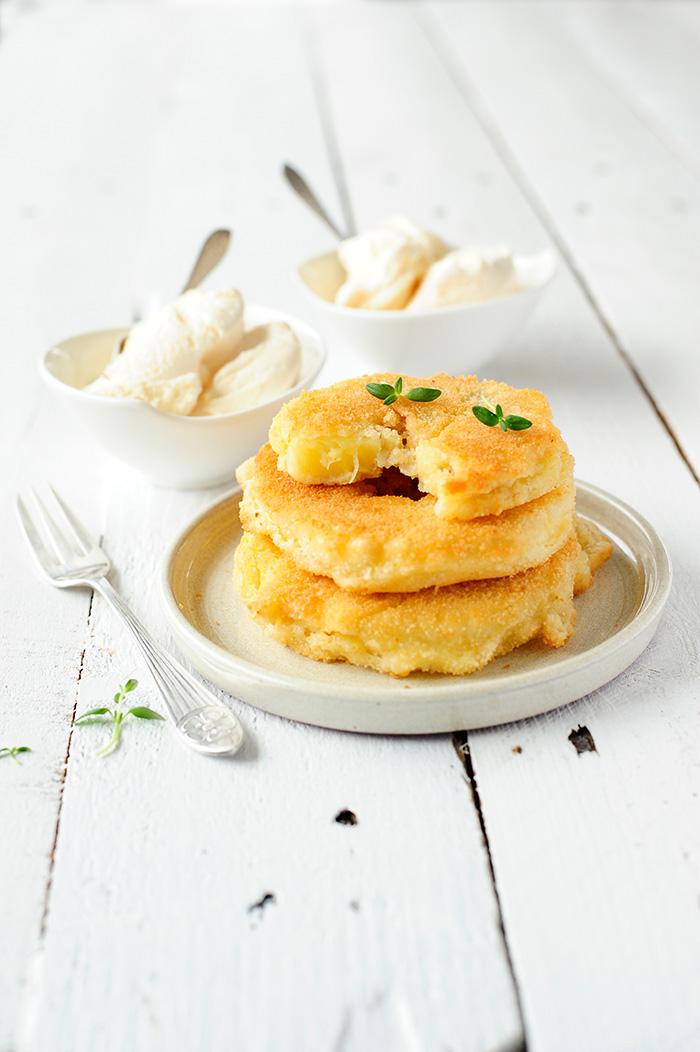 serving dumplings | Gefrituurde ananasschijfjes