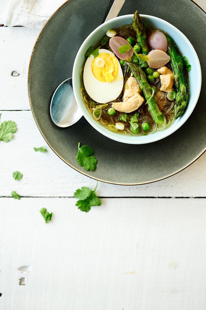 serving dumplings | Aziatische noedelsoep met kip en asperges