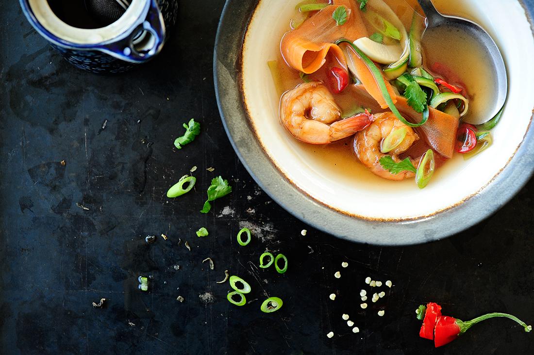 serving dumplings | Groene thee soep met scampi's