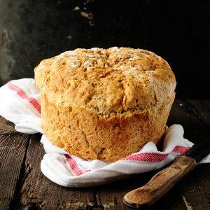 Pełnoziarnisty chleb pszenny bez wyrabiania0