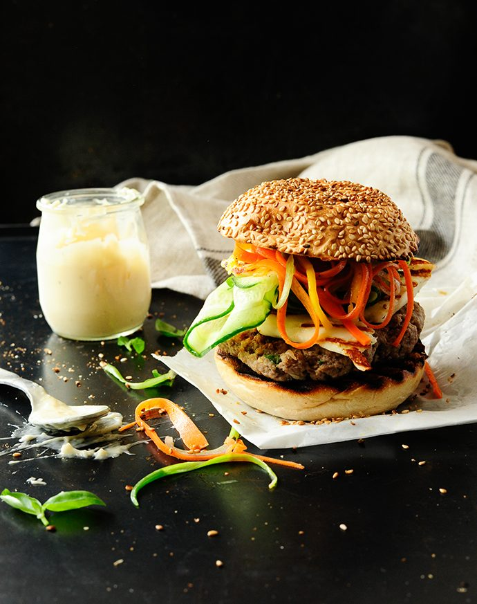 Beef burgers with grilled halloumi